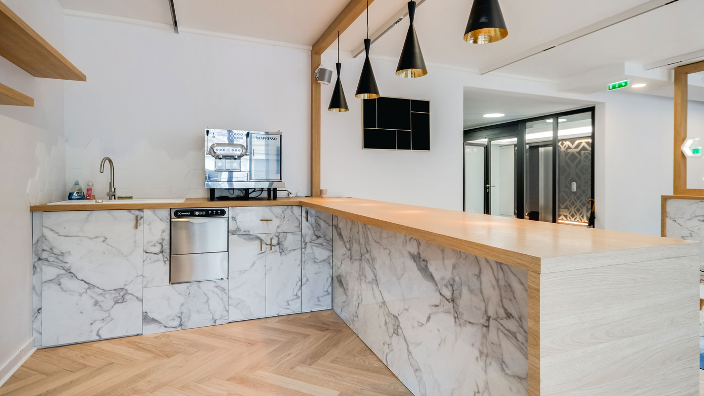 Agencement du bureaux Ersa, espace cuisine en marbre